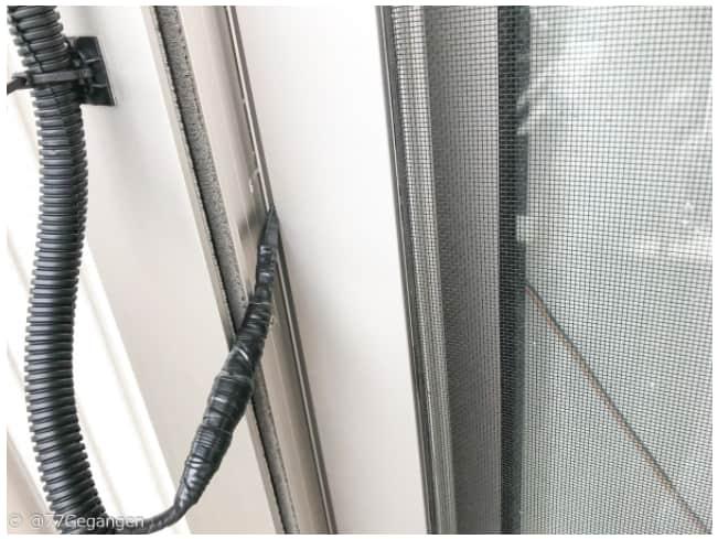窓から配線を通す画像