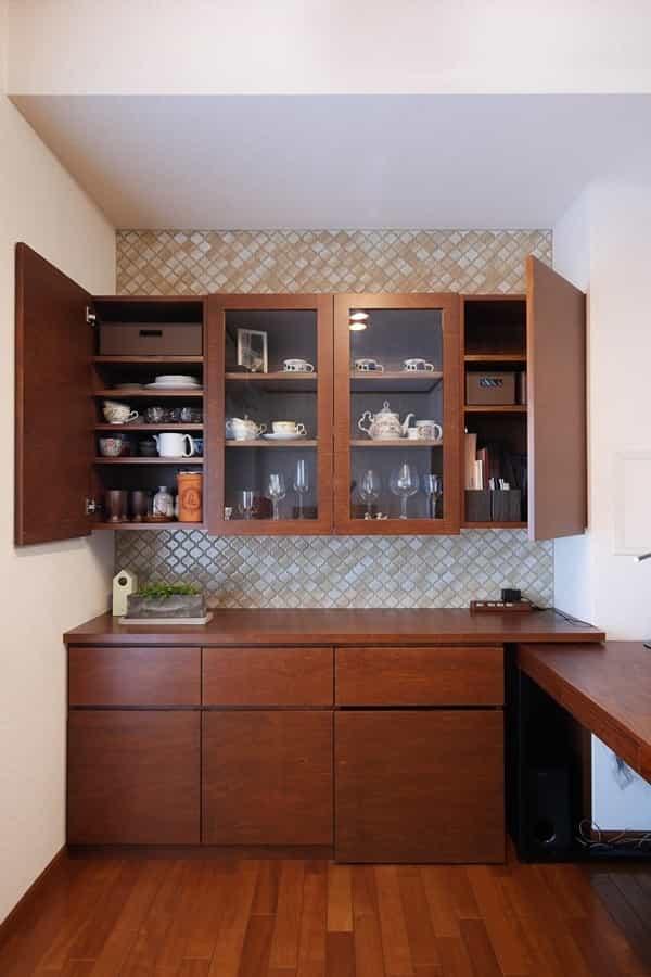 食器棚の空きスペースにプリンターを置く画像